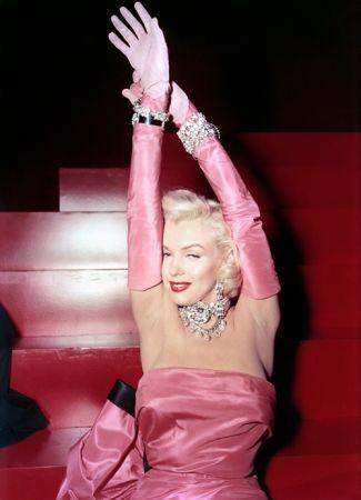 《Gentlemen Prefer Blondes紳士愛美人》(1953年)你一定有聽過「鑽石才是女人最好的朋友Diamonds are girl's best friend」,這是出自電影裡經典台詞;女主角瑪麗蓮夢露,在電影中穿著粉紅色禮服,頸項與手腕間滿滿的Harry Winston鑽石首飾,至今仍是經典畫面!