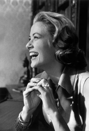《High Society上流社會》(1956年)葛麗絲凱莉告別影壇的最後作品,她戴著自己的訂婚鑽戒入鏡,這是摩納哥親王向Cartier特別訂製的10.47克拉祖母綠切割鑽石,以這經典畫面向粉絲們告別,宣告人生新階段。