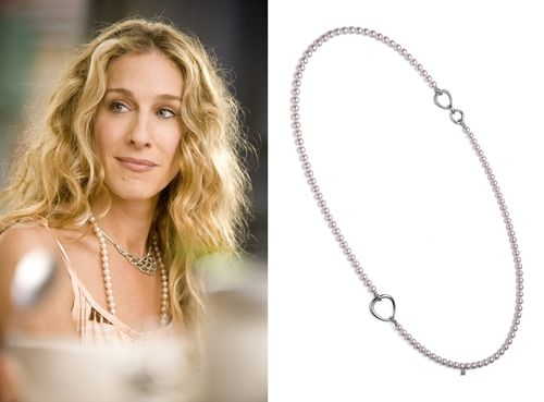 《慾望城市Sex and the City》(2010年)電影版慾望城市裡,取代凱莉的Carrie字母項鍊是Mikmimoto的歌劇式珍珠長鍊。雙釦頭的設計,長鍊其實還可以變成雙串鍊、Y字鍊等十多種配戴方法。