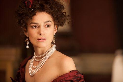 《安娜卡列尼娜 Anna Karenina》(2012年)根據俄國大文豪列夫托爾斯泰著作而改編的電影,拿下當年奧斯卡的最佳服裝設計獎項,女主角綺拉娜奈特莉在劇中每換上不同的細緻華服,由Chanel贊助的不同珠寶也跟著換上,恰如其分地為此角色增添貴族該有的氣勢。
