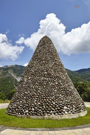 災後於五里埔建置的「小林紀念公園」,追思廣場上有座高9公尺寬8公尺的尖塔,以一顆顆從小林村撿回的石塊堆積而成,用來紀念8月9日這難忘的一天。