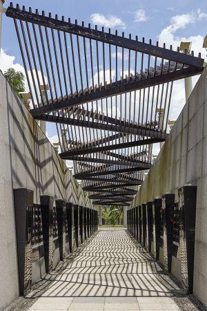 小林紀念公園「苦路」兩側的追思牆上,刻了462位逝者的姓名,名牌旁留有洞孔可供親屬獻花悼念。遺族爭取在旁另建公祠,供奉罹難者的共同牌位,定時舉辦法會祭祀。