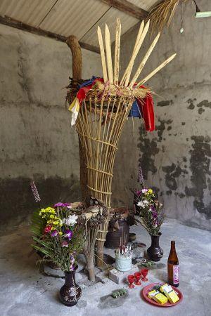 大武壠族的祖靈一般都稱「太祖」或「番太祖」,早期被稱為「Kuva祖」(kuva為大武壠語「公廨」之意)。公廨不拜偶像,正中央的「向柱」及「向笴」便象徵太祖所在。相傳太祖共有七姊妹,所以祭品都要準備七份。(圖為阿里關公廨內部)