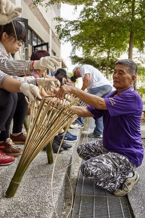 68歲的徐大林在部落小旅行體驗課程中傳授「笴」的製法。風災後像徐大林這樣的長者成為部落珍寶,手藝精巧的大林阿伯希望能將傳統大武壠的器具和工法一一重現保存。