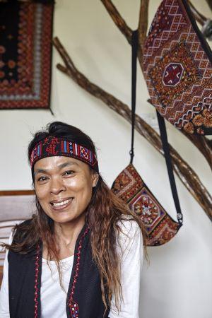 小林人近年努力重拾文化,潘燕玉一步步追尋傳統大武壠的十字繡法。刺繡需要心靜,過程中覺得繡不出來就跟太祖說說話,這也讓她獲得心靈的平靜。