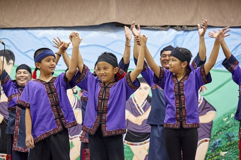也許失去了親人,但部落的孩子就是大家的孩子,也是小林人未來的盼望。日光小林的孩子在舞團裡認識自己的文化,綻放大武壠孩子燦爛的笑容。