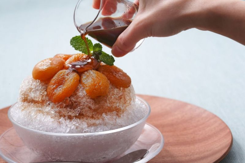 Top 1杏桃鬆餅屋來自日本表參道的杏桃鬆餅屋,為炎熱的夏季推出全新季節冰品,先看這款巴爾薩義醋蜂蜜杏桃冰,美味的杏桃果肉就這樣擺放在剉冰上,用料絲毫不手軟,淋上帶點酸味的蜂蜜醬汁,吃一口就能感受到清涼的暢快!另外還有北海道煉乳覆盆子剉冰,甜蜜的口感中藏有一絲酸酸的覆盆子,超級順口不禁讓人想一口接著一口!喜歡喝咖啡的你也別錯過北海道戀人冰晶咖啡,香醇濃郁的咖啡遇上剉冰,再淋上煉乳,苦中帶甜的滋味,令人回味無窮。