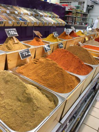 在現代超市(家樂福)裡面也有超傳統的方式賣香料