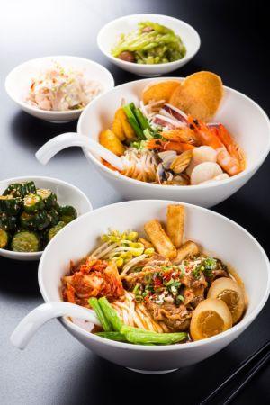 前為首爾泡菜牛肉麵-後為新加坡叻沙海鮮麵