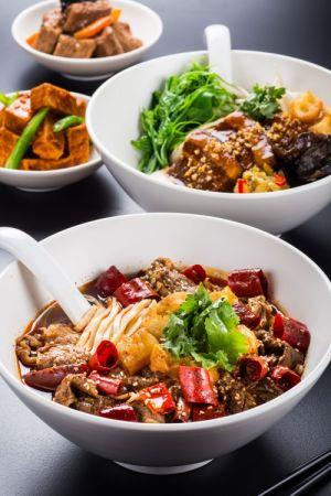 前為重慶水煮牛肉麵-後為上海東坡乾拌麵