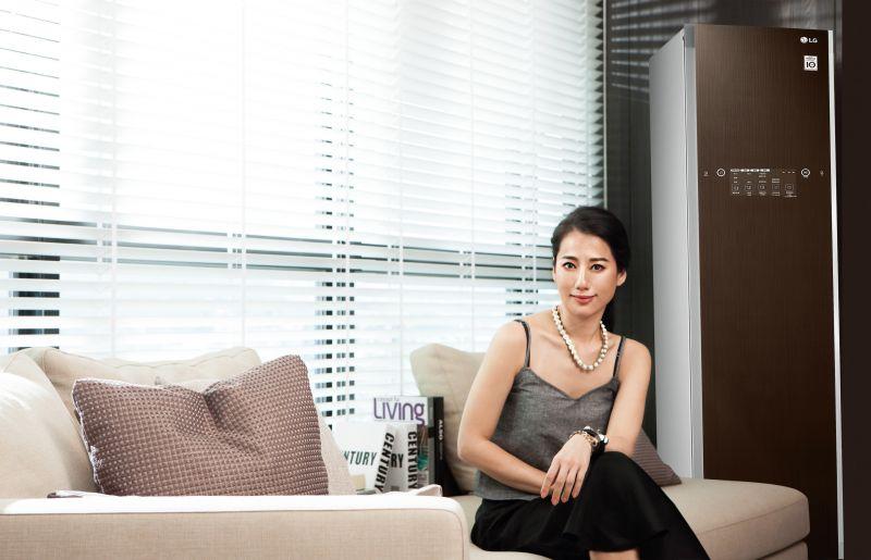 小名「娃娃」的設計師盧南君,自從創立momo's march品牌後,工作佔據她絕大部份的生活。然而懂得將美學與生活效率揉合在生活間的娃娃,聰明選擇了具智慧的時尚家電產品,從此更加提昇了她的生活品質。