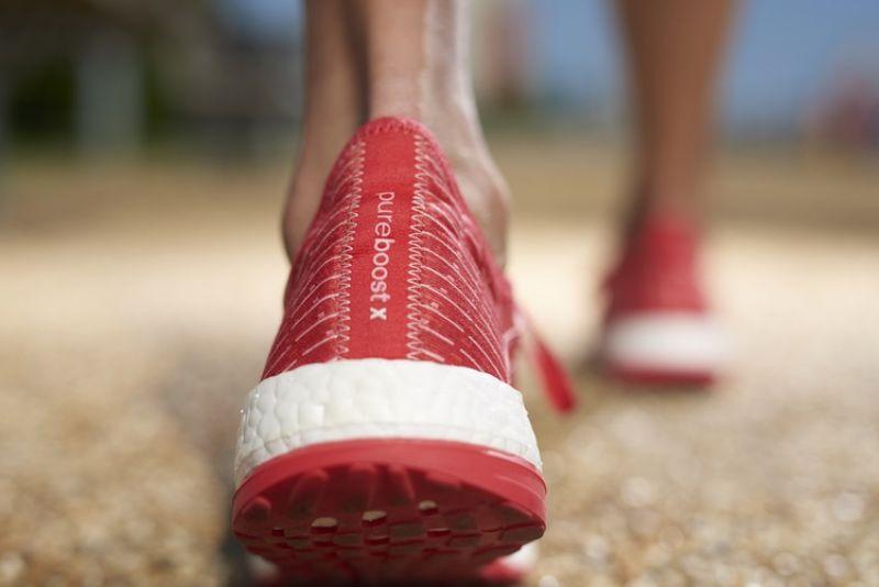 結合放射狀大底設計,讓足部在運動時能實行極大幅度的彎曲動作並維持自然的律動,避免運動可能造成的傷害
