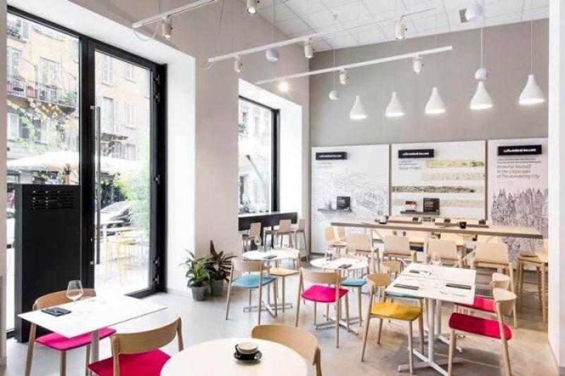 黑白灰底色空間加上高螢光色彩單椅,進入咖啡廳就像走入Moleskine記事本中