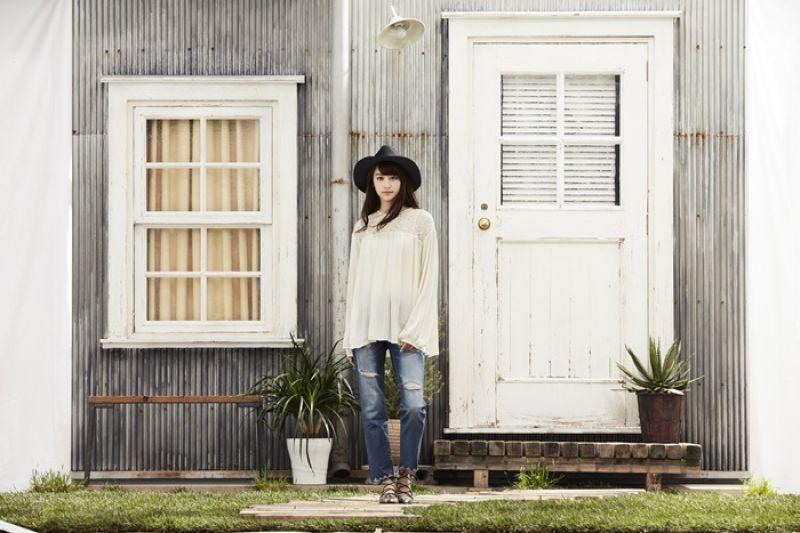 採用70年代蕾絲風格的復古鄉村風上衣,搭配丹寧單品,俐落有型。