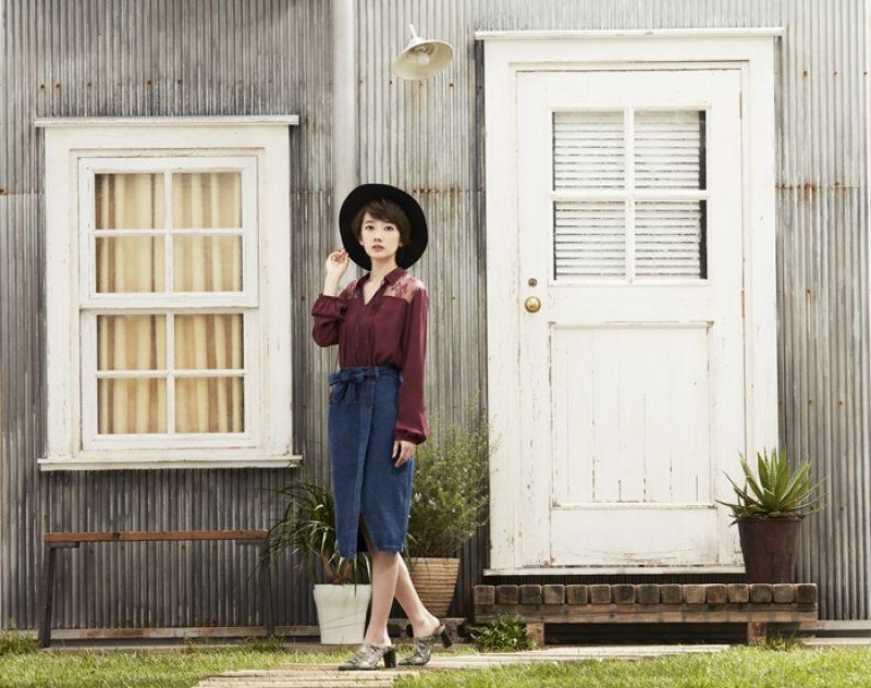 採用70年代蕾絲風格的復古鄉村風上衣,搭配裙裝即瞬間營造知性氣息。