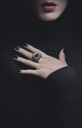 J12∙XS戒指頂級珠寶錶獨特作品,19毫米,石英機芯,黑色高科技精密*陶瓷及18K白金,内錶圈 鑲嵌長階梯形切割鑽石,黑色瑪瑙錶盤,18K白金錶冠鑲嵌1顆切面圓形切割鑽石。價格店洽