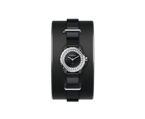 J12∙XS 黑色手鐲腕錶_小型款19毫米,石英機芯,黑色高科技精密陶瓷及精鋼錶殼,内錶圈鑲嵌鑽石,黑色亮漆錶盤,黑色漆面小牛皮錶帶,黑色霧面小牛皮手鐲搭配銀色小牛皮滾邊,精鋼針扣及環圈。可附於手鐲上或單獨配戴。NTD171,000