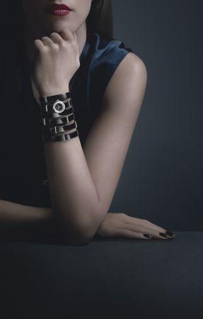 J12∙XS 黑色手鐲腕錶_大型款19毫米,石英機芯,黑色高科技精密陶瓷及精鋼錶殼,内錶圈鑲嵌鑽石,黑色亮漆錶盤。黑色漆面小牛皮手鐲,精鋼針扣及環圈鑲嵌鑽石。NT287,000