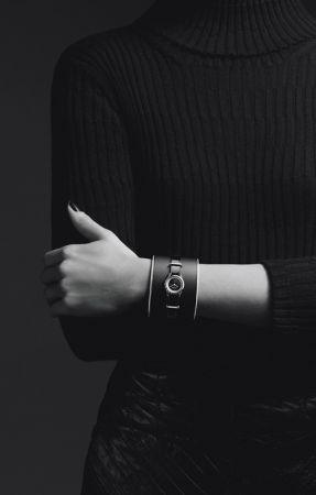 J12∙XS黑色頂級珠寶手鐲腕錶_小型款獨一無二作品,19毫米,石英機芯,黑色高科技精密陶瓷及18K白金錶殼,內錶圈鑲嵌長階梯形切割鑽石,黑色瑪瑙錶盤。黑色霧面皮革及18K白金手鐲飾以鑲鑽金邊,黑色漆面小牛皮錶帶搭配18K白金環圈鑲嵌長階梯形切割鑽石。價格店洽
