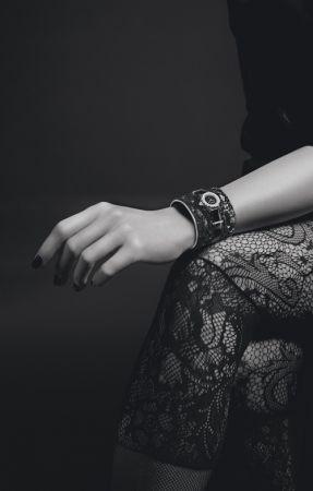 J12∙XS 黑色LESAGE刺繡手鐲腕錶獨一無二作品,19毫米,石英機芯,黑色高科技精密陶瓷及18K白金錶殼,内錶圈鑲嵌長階梯形切割鑽石,黑色瑪瑙錶盤,18K白金錶冠鑲嵌1顆切面圓形切割鑽石。黑色小牛皮手鐲由Lesage手工刺繡,運用黑色亮片及玻璃珠、銀色小牛皮滾邊、黑色漆面小牛皮錶帶及18K白金針扣與環圈,鑲嵌長階梯形切割鑽石。價格店洽