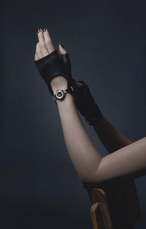 J12∙XS 黑色手套腕錶限量發行150枚,19毫米,石英機芯,黑色高科技精密陶瓷及精鋼錶殼,内錶圈鑲嵌鑽石,黑色亮漆錶盤。黑色漆面小牛皮錶帶,黑色羊皮手套一雙,精鋼針扣及環圈鑲嵌鑽石。可附於手套上或單獨配戴。NT251,000