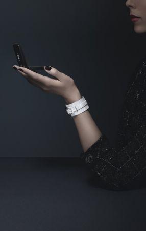 J12∙XS白色手鐲腕錶_小型款19毫米,石英機芯,白色高科技精密*陶瓷及精鋼錶殼,内錶圈鑲嵌鑽石,白色亮漆錶盤。白色漆面小牛皮錶帶,白色霧面小牛皮手鐲搭配銀色小牛皮滾邊,精鋼針扣及環圈。可附於手鐲上或單獨配戴。NT171,000