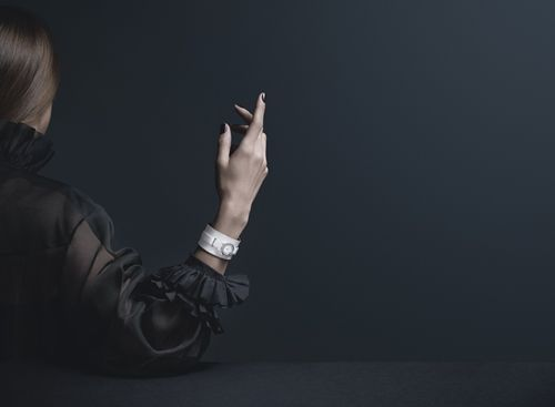 J12∙XS白色頂級珠寶手鐲腕錶19毫米,石英機芯,白色高科技精密陶瓷及18K白金錶殼,18K白金內錶圈鑲嵌24顆長階梯形切割鑽石(0.53拉),白色珍珠母貝錶盤,白色霧面小牛皮,搭配18K白金手鐲鑲嵌158顆明亮式切割鑽石白金滾邊(0.96克拉),白色漆面小牛皮錶帶搭配18K白金環圈,鑲嵌5顆長階梯形切割鑽石(各0.1克拉)。價格店洽