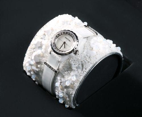 J12∙XS白色LESAGE刺繡手鐲腕錶獨一無二作品,19毫米,石英機芯,白色高科技精密*陶瓷及18K白金錶殼,18K白金内錶圈鑲嵌24顆長階梯形切割鑽石(0.53克拉),珍珠母貝錶盤,白色小牛皮手鐲由Lesage手工刺繡,運用白色亮片及白色玻璃珠,銀色小牛皮滾邊,白色漆面小牛皮錶帶及18K白金針扣,鑲嵌9顆長階梯形切割鑽石(0.14克拉),18K白金環圈各鑲嵌5顆長階梯形切割鑽石(0.1克拉)。價格店洽