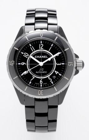 """2000年,第一只中性運動錶J12運動錶是香奈兒第一只男女皆宜的運動錶,其使用了結合鎢鋼和高溫精鍊而成的精密陶瓷、以及極不易磨損""""鋯釔合金""""這三種抗磨損的高科技材質,以陽剛的墨黑、服貼弧度和設計細節,傳達出堅毅優雅風格。"""