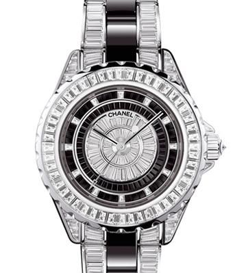 2006年,腕錶融入高級珠寶錶身鑲嵌611顆階梯形切割鑽石,結合製錶技術與珠寶工藝。錶帶、錶盤中心及十二處數字皆鑲有相同切割的深黑精密陶瓷,與鑽石相互映襯、搖曳生輝。