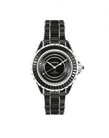 2008年,J12 Calibre 3125跨足更高端的專業製錶:香奈兒與愛彼錶攜手合作,以高科技精密陶瓷及黃K金打造,配有專利黃K金三層錶扣。(圖片為深邃黑的版本)