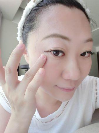擦上精華液後,眼尾、鼻翼、法令紋等較容易出現乾紋處可以再加強塗一層。
