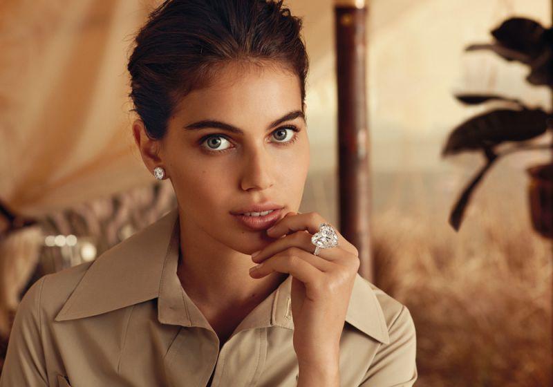 心形鑽石是愛情的完美象徵,以簡約的鉑金底托鑲嵌重50.38克拉D色無瑕心形鑽石,務求把鑽石的純美光芒展露無遺,展現大自然的奇妙賜予。