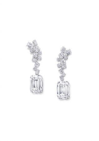 The GRAFF Eternal Twins耳環 鑽石共重132.53克拉兩顆50.23克拉D色無瑕祖母綠形切割鑽石,同樣切割自碩大的269克拉原石,在工匠的巧手之中,展現頂級美鑽的璀璨華光,淨度、火彩和閃光也令人目眩。