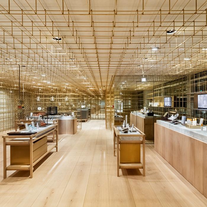 雪花秀旗艦店以「燈籠」為設計概念,特地運用大量黃銅作為骨架,營造通透性。