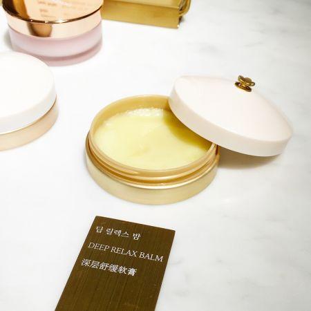 肌本滋養膏系列中的「深層舒緩軟膏」,因為加了薑、看起來略呈淡黃色,擦起來有微微清涼感。