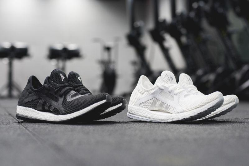 運動美人最愛的PureBOOST 鞋款,則是以經典黑白新色鞋款,掀起運動圈一陣搶色話題!
