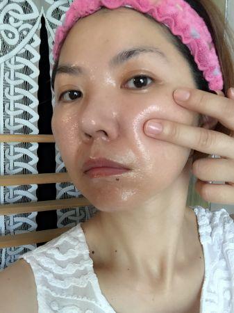 在換季,肌膚會特別蠟黃暗沉,每天使用「重生秘帖」補給美膚能量,肌膚就能重現彈潤光澤。