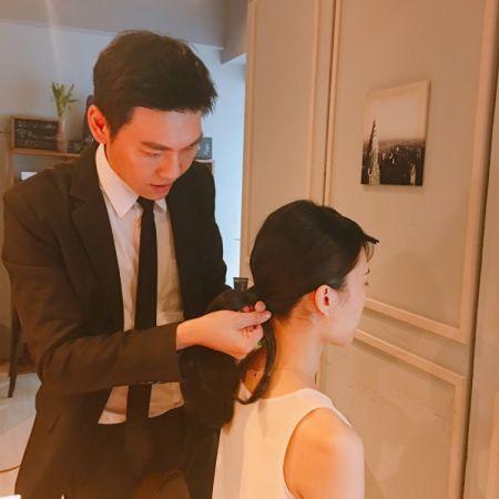 Step 1→ 將秀髮吹乾並拉直,把上低馬尾,記得留一撮髮絲把橡皮筋地方蓋住