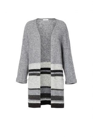 輕薄的針織外套攜帶方便,應付突然的低溫更為實用。條紋針織外套,iBlues。