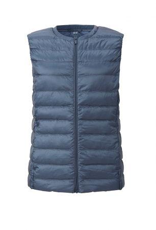 Must Have!保暖首選–羽絨衣依照需求的不同,目前市面上已有許多材質輕薄的羽絨衣,十分適合這個季節的北海道,只須穿著輕便,加上一件羽絨衣,即可應對北海道的夏季氣候。藍色羽絨背心,Uniqlo。