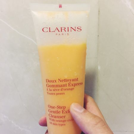 CLARINS橘子潔顏優酪 One Step Gentle Exfoliating Cleanser這款克蘭詩的去角質洗面乳是慧川近期很推的去角質商品,因為本身的皮膚角質肥厚卻又很敏感,所以對於去角質的產品一向又愛又恨,不敢隨便嘗試,但這款去角質的效果很好,洗完臉也不會緊繃泛紅相當溫和,而且有很舒服的香氣,非常推薦。推薦者:Marie Claire 採訪編輯 郝慧川