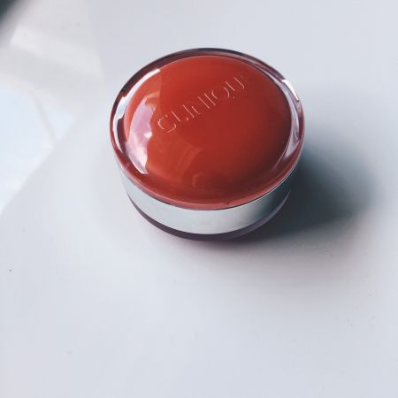 倩碧的唇彩新品太可愛了!最愛它馬卡龍般的夾層外觀設計,一邊是潤唇膏,一邊是去角質磨砂膏,平常我們大多只想到要擦唇彩,卻忘了唇部也是要定期去角質做保養,倩碧這顆唇彩球的磨砂膏顆粒非常非常細緻,不會刺激嘴唇,我通常會先薄薄塗一層按摩約3分鐘,用面紙稍微抿一下後再厚塗上另一邊的潤唇霜,一球兩用,超方便的隨身保養~推薦者:Marie Claire數位時尚編輯 Sasha