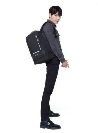 平常穿著較為正式的你,搭配Vortec深色系後背包呈現出時尚又專業的紳士穿搭!