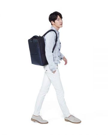 輕鬆休閒的穿著,可選擇Samsonite RED Warrick系列後背包,打造出一襲帥氣的學院風格及暖男形象。