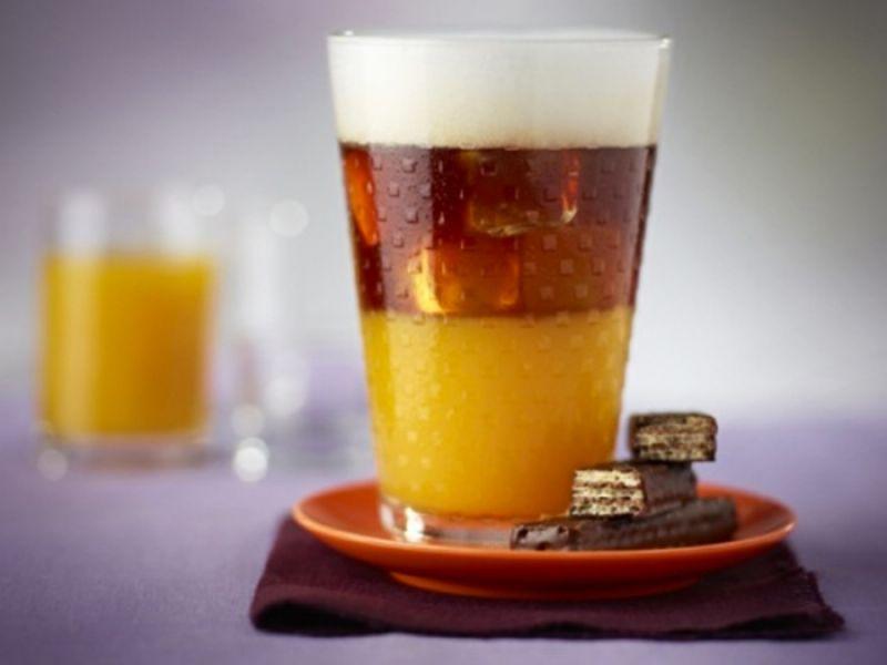 熱帶芒果冰咖啡材料:1顆Nespresso Ristretto或 Indriya from India或 Arpeggio咖啡膠囊、芒果汁、冰塊或碎冰、鮮奶、巧克力威化餅製作方法:1.將少量碎冰或冰塊置於杯底2.加入芒果汁3.調製一份110毫升Ristretto或 Indriya from India或 Arpeggio咖啡於杯中4.將冰奶泡倒在咖啡上層並以巧克力威化餅裝飾即可立即品嚐