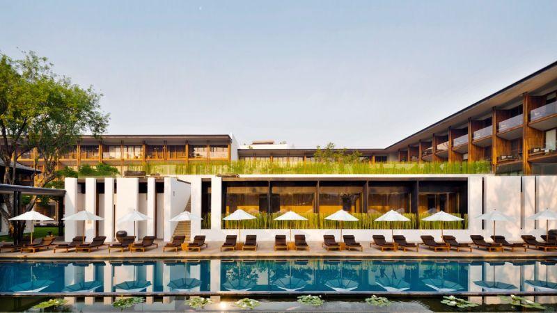 泰國清邁Anantara Chiang Mai Resort,度假村外的木柵欄造型有著和風禪意,泳池正對湄濱河Mae Ping River,無邊際設計泳池,微妙連結一線的荷花池,將度假村和藍天倒影合而為一,是獨特寧靜的美麗景致。有發現這裡也是港片《門徒》取景地,劉德華、袁詠儀和吳彥祖拍攝影片的下榻所嗎