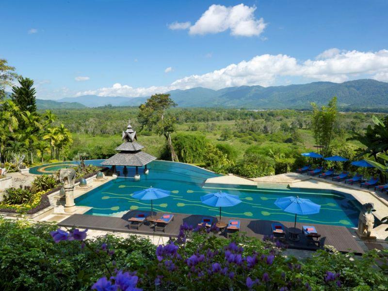 位於泰國最北城市-清萊的金三角Anantara Golden Triangle度假村,正好位於緬甸和寮國與泰國邊界,這裡也是大象保護營基地,游泳池正對熱帶林保護區,一邊游泳可欣賞大象在森林原野間自在遊走以及不時出現的象鳴聲,最是恬靜。