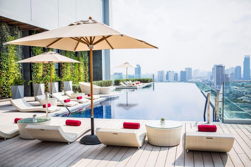 即將成為曼谷下個時尚潮人熱門去處,八月正式開幕的AVANI 河畔曼谷飯店(AVANI Riverside Bangkok Hotel),位處昭披耶河畔河景第一排。設計位於飯店樓頂的無邊際泳池,景色可比擬新加坡金沙酒店般居高臨下俯瞰曼谷市區。泳池另一側潮吧ATTITUDE提供曼谷最新時尚調飲,也有戶外籐椅或室內挑高水晶燈吧台,夜晚並有DJ打碟。