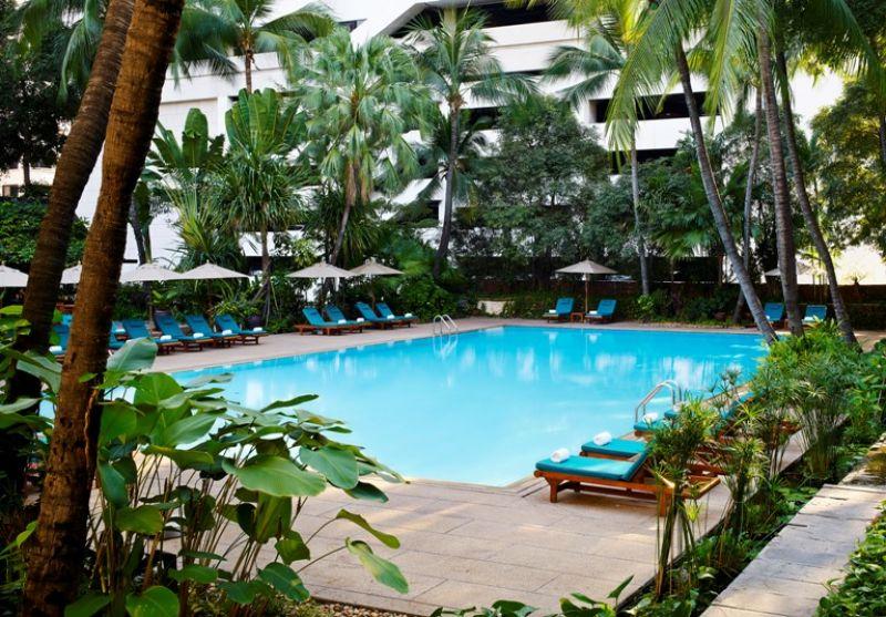 位在曼谷市中心鄰近四面佛寺三分鐘路程,前身為四季飯店的Anantara Siam Bangkok Hotel,也是美國總統歐巴馬訪泰的下榻飯店。繁忙的市區,位於三樓的空中泳池卻營造出如城市綠洲的熱帶景象,為急促的城市生活帶來一絲舒壓綠意。